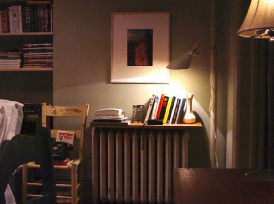 Στο σπίτι της Carrie υπάρχουν στοίβες από τα αγαπημένα της περιοδικά.