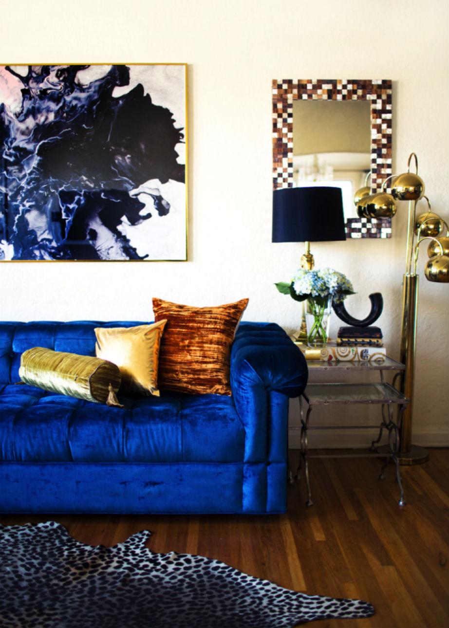 Σπάστε τη μονοτονία συνδυάζοντας διαφορετικές υφές και χρώματα στα μαξιλάρια ή τους τοίχους σας.