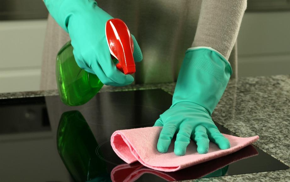 Υπάρχουν πολλοί τρόποι για να καθαρίσετε τις κεραμικές εστίες. Εμείς όμως θα σας συνηστούσαμε να χρησιμοποιήσετε νερό και μαγειρική σόδα. Τι πιο φυσικό!