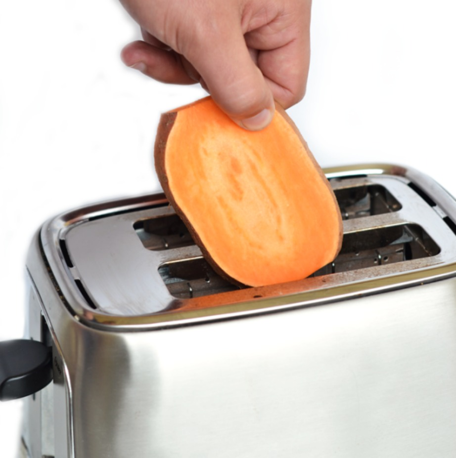 Για να φτιάξετε το τοστ σας βάλτε τις γλυκοπατάτες στην τοστιέρα σας.
