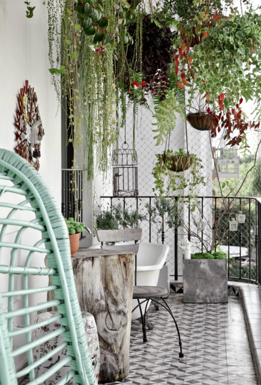 Ένας κορμός δέντρου μπορεί αν γίνει ένα υπέροχο τραπεζάκι για το μπαλκόνι.
