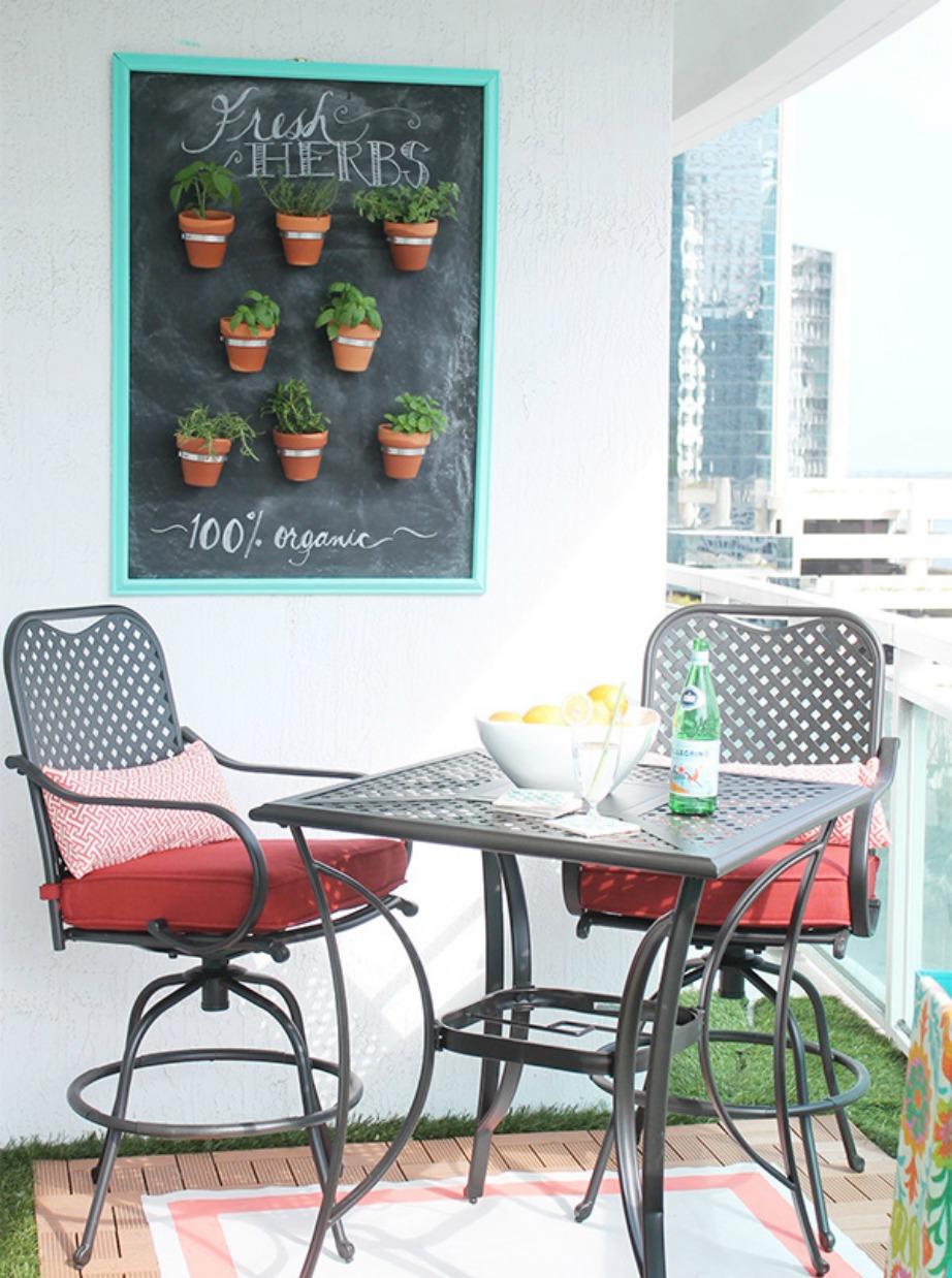 Ένας μαυροπίνακας και μερικά μικρά γλαστράκια αποτελούν την τέλεια ιδέα διακόσμησης τοίχου βεράντας.