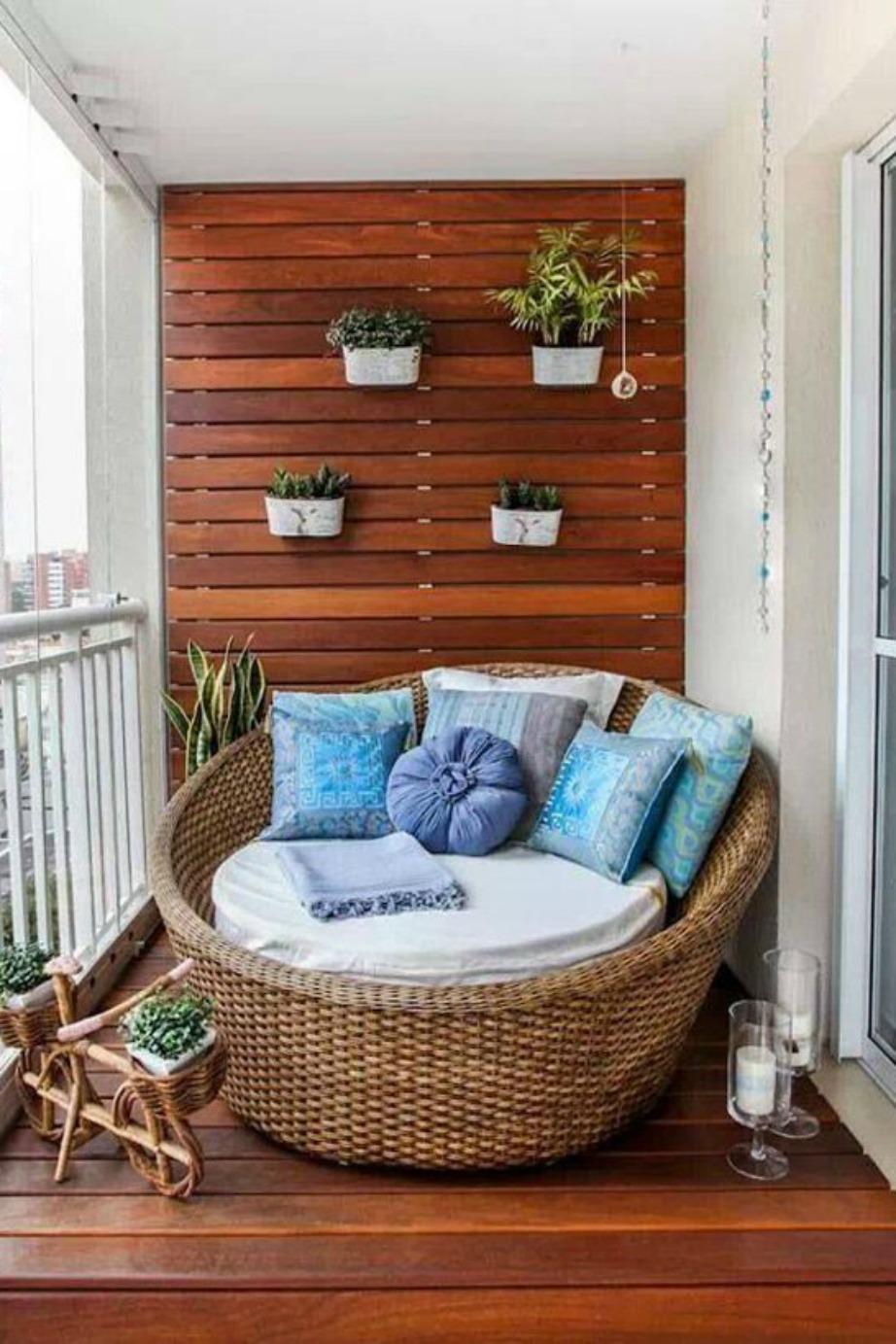 Ένας μεγάλος στρογγυλός καναπές γεμίζει τον χώρο και του δίνει στιλ.