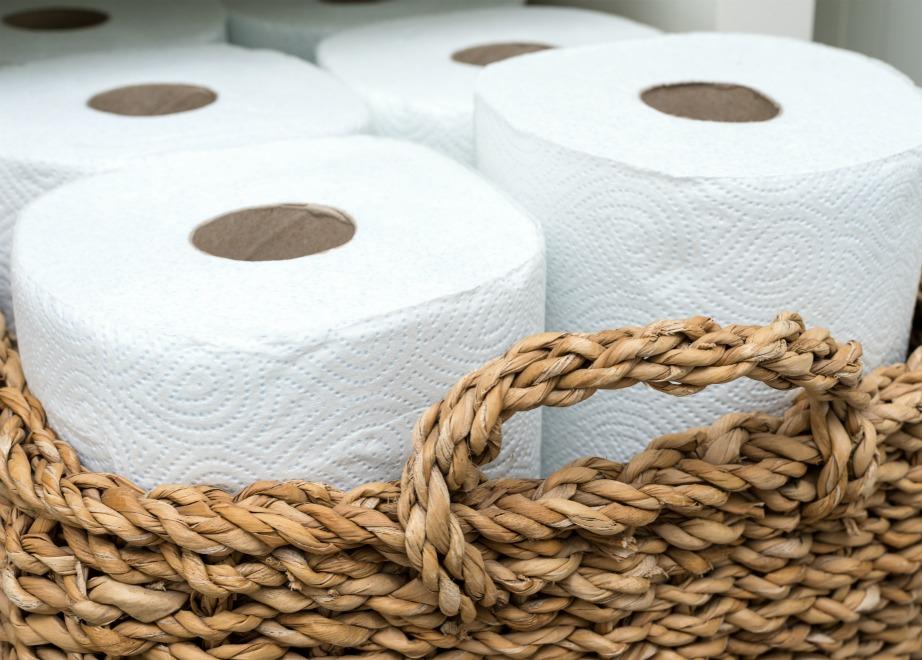 Αποφύγετε να χρησιμοποιήσετε το χαρτί κουζίνας σε ξύλινες επιφάνειες γιατί μπορεί αν τις χαράξουν αν τα χρησιμοποιείτε συχνά και τρίβετε με μανία.
