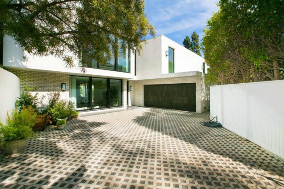 Η είσοδος της κατοικίας αρκετά μοντέρνα και με κυρίαρχο το λευκό χρώμα.