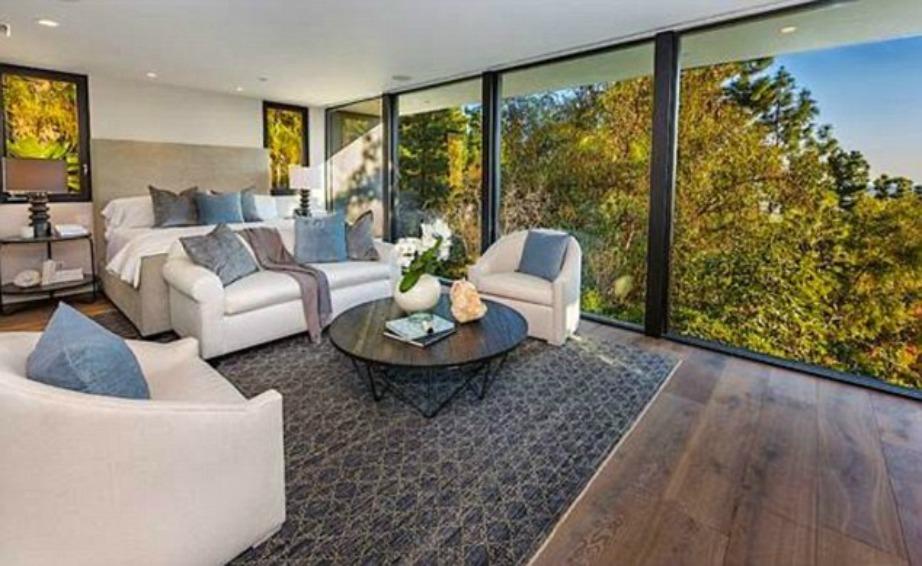 Το κρεβάτι με την απίστευτη θέα βρίσκεται στον 1ο όροφο της κατοικίας με τα δέντρα να «περικυκλώνουν» την κρεβατοκάμαρα.