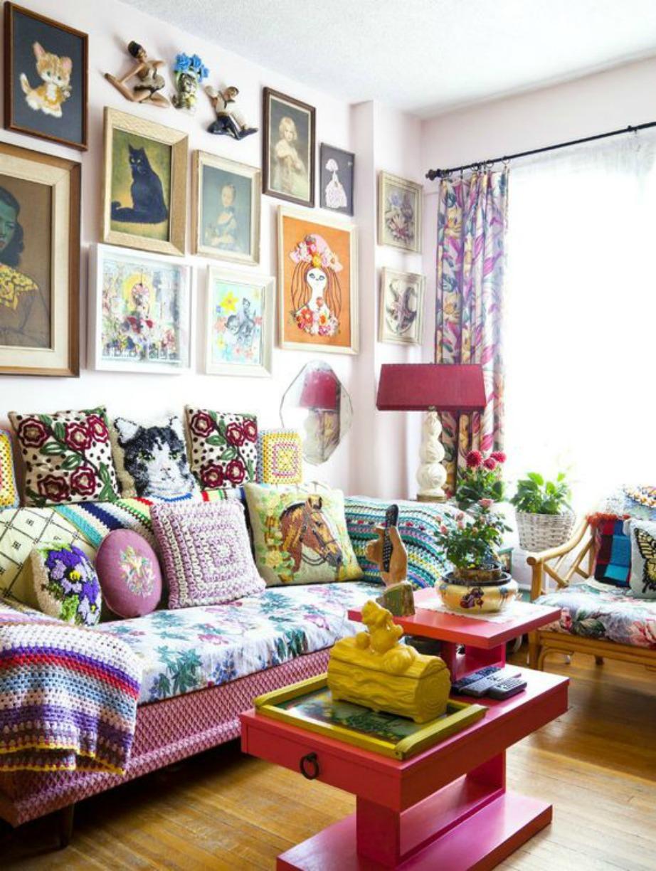 Το μόνο που με βεβαιότητα μπορούμε να πούμε είναι πόσο άνετος μπορεί να είναι ο καναπές με τα τόσα μαξιλάρια.