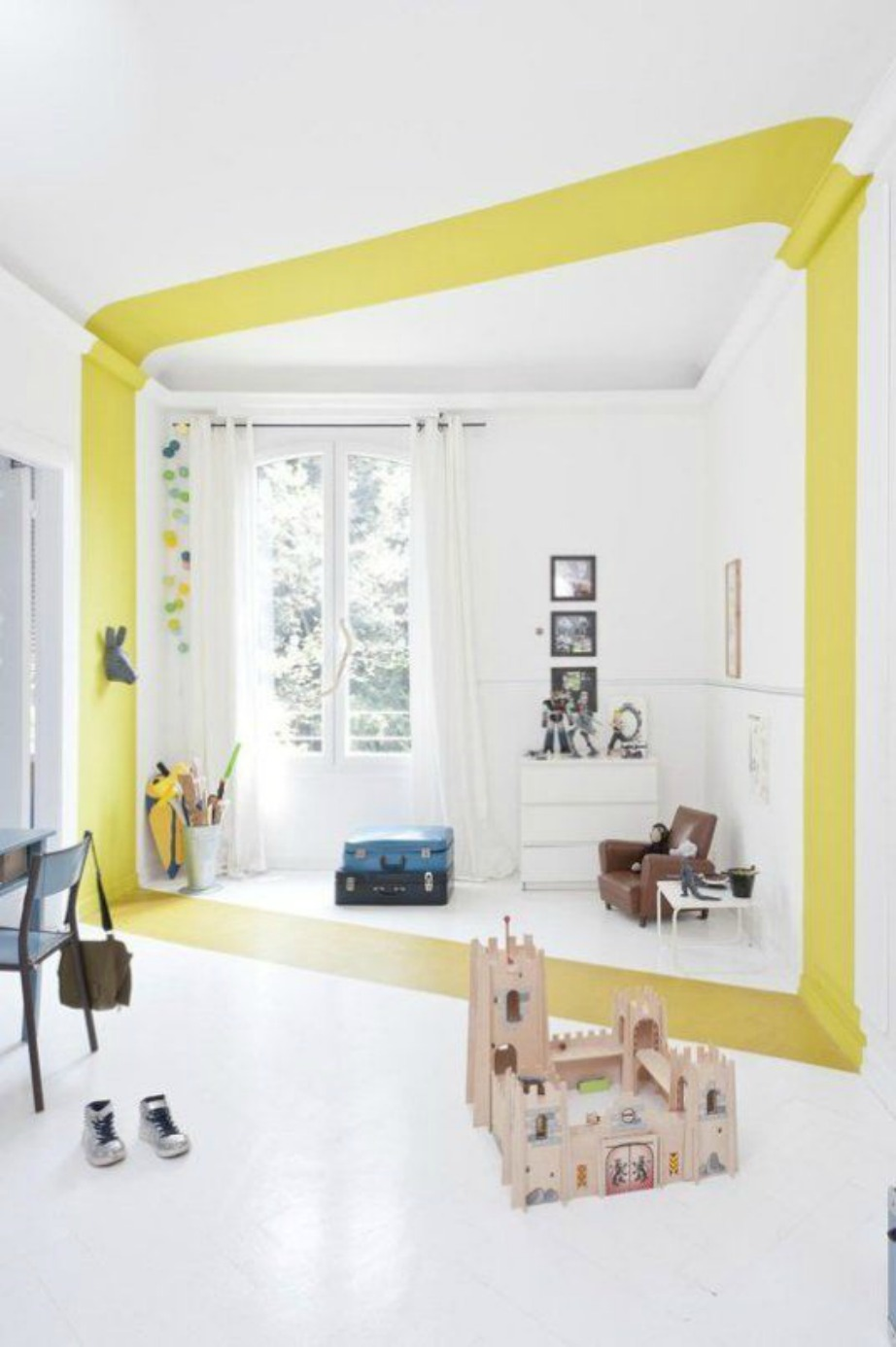 Μπορείτε να το πάτε ένα βήμα παρακάτω και η χρωματική λωρίδα να διασχίζει και το πάτωμα. Η αλλαγή θα είναι σίγουρα εντυπωσιακή.