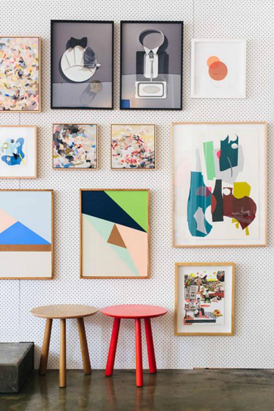 Πολλά και διαφορετικά καδράκια σε τυχαία σειρά πάνω στον τοίχο θα δώσουν χρώμα και στιλ.