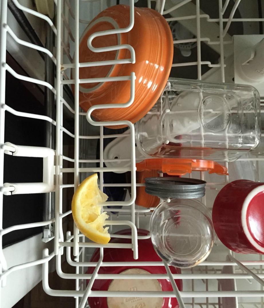 Μια φέτα λεμονιού ακόμα και χρησιμοποιημένη αρκεί για να κάνει τη διαφορά στα πιάτα σας.