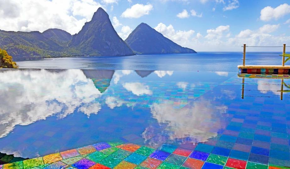 Τα πολύχρωμα γυάλινα πλακάκια σε συνδυασμό με την τοποθεσία την αναβαθμίζουν σε μια από τις καλύτερες πισίνες παγκοσμίως.