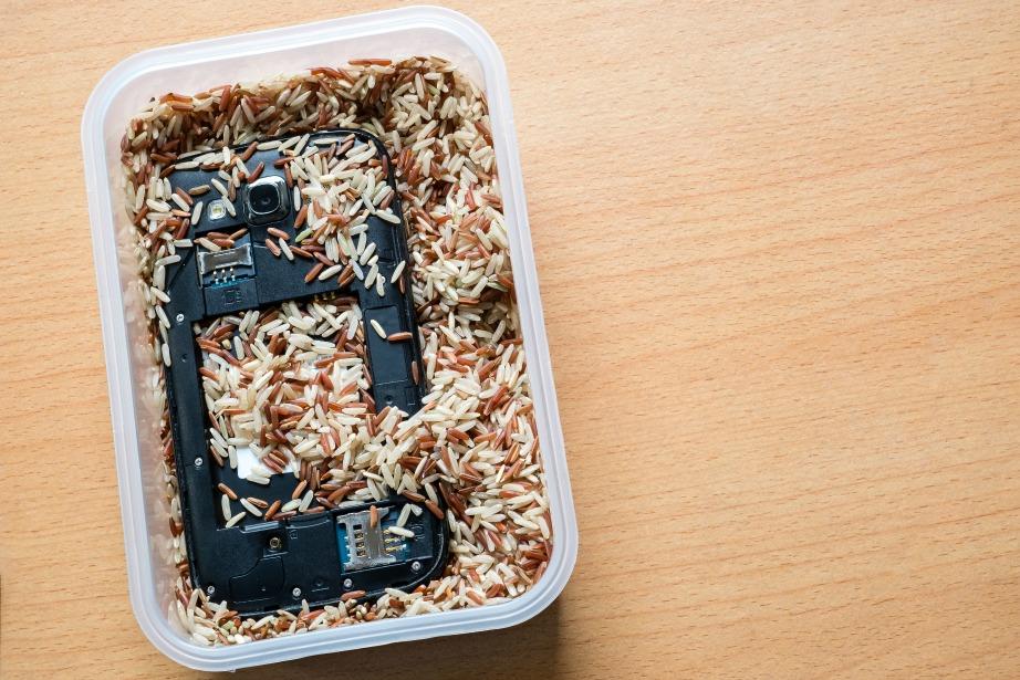 Το ρύζι θα απορροφήσει την υγρασία από το κινητό σας και θα έχετε σίγουρα πιθανότητες να την βγάλετε καθαρή.