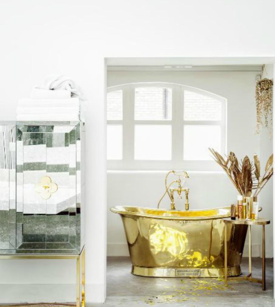 Η χρυσή μπανιέρα σε αυτό το μπάνιο αποτελεί αδιαμφισβήτητα το επίκεντρο της διακόσμησης.