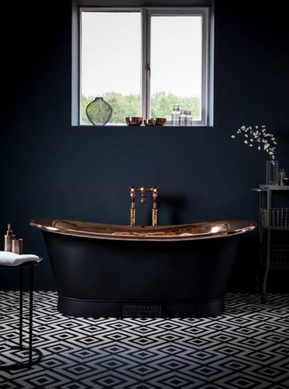 Η μαύρη μπανιέρα δίνει σοφιστικέ στιλ σε αυτό το μπάνιο.