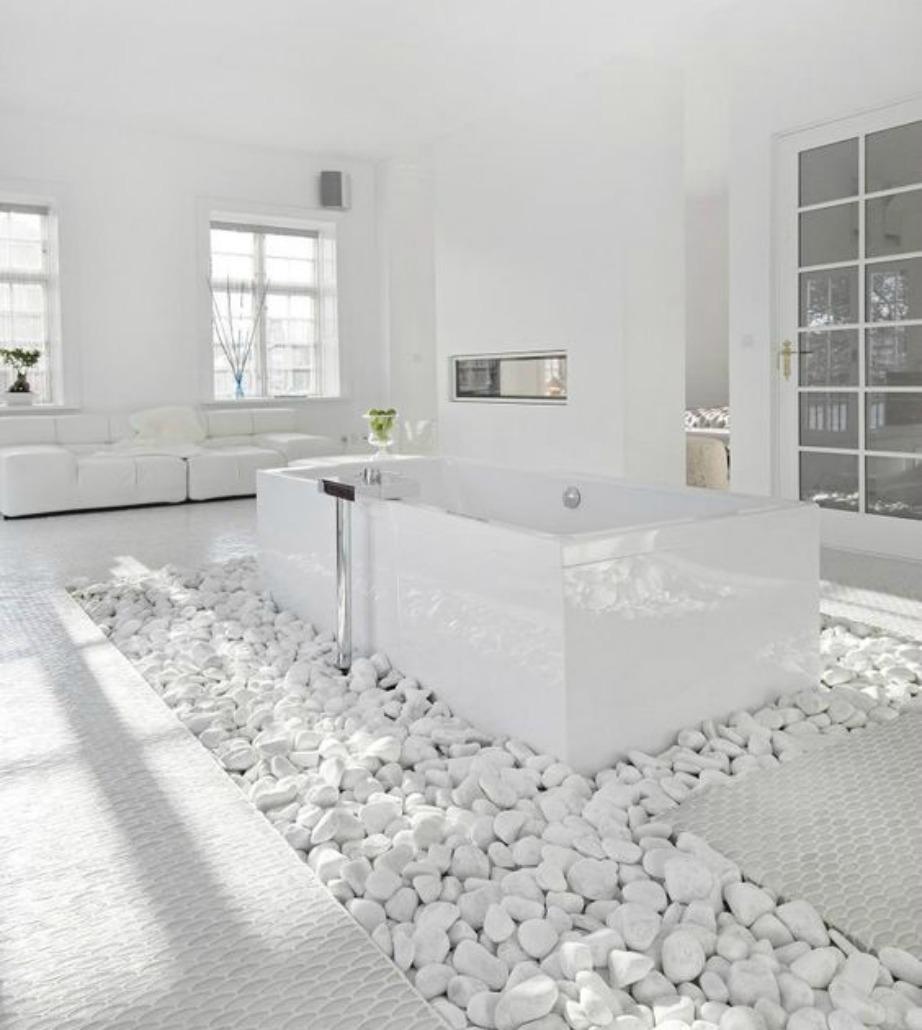 Φανταστείτε τον εαυτό σας να πατάει πάνω σε βότσαλα για να μπορέσει να μπει στη συγκεκριμένη μπανιέρα. Για να πετύχει κανείς αυτή τη διακόσμηση στο μπάνιο του θα πρέπει να έχει πολλά τ.μ. άδεια και ανεκμετάλλευτα.