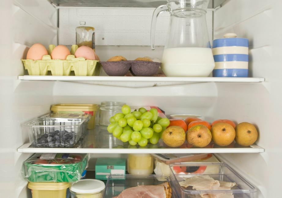 Βάλτε μέσα στο ψυγείο σας μισό πορτοκάλι χωρίς σάρκα και γεμίστε το με αλάτι. Με αυτό το τρικ το ψυγείο σας θα μοσχομυρίσει.