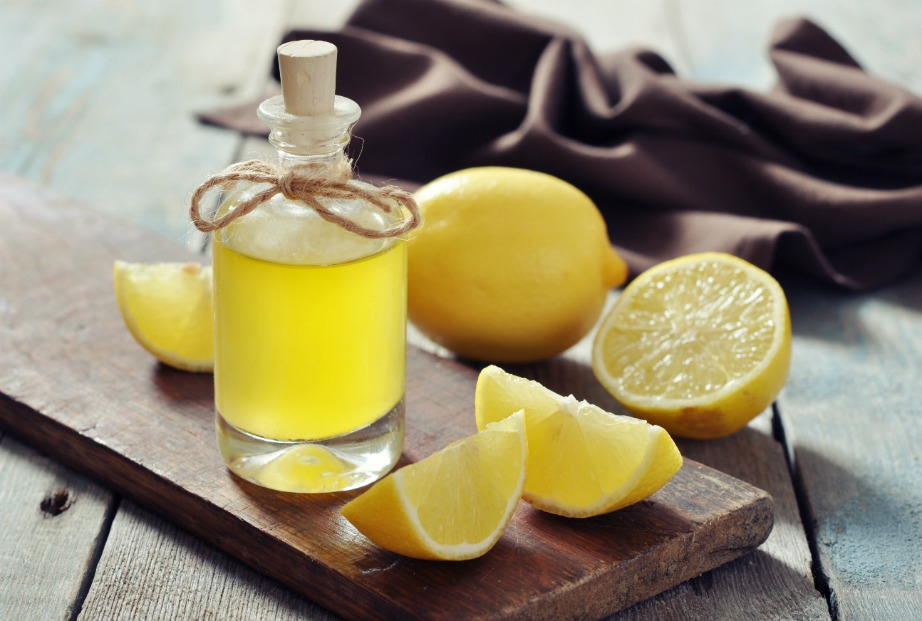 Δείτε πώς να φτιάξετε το δικό σας αιθέριο έλαιο λεμονιού.