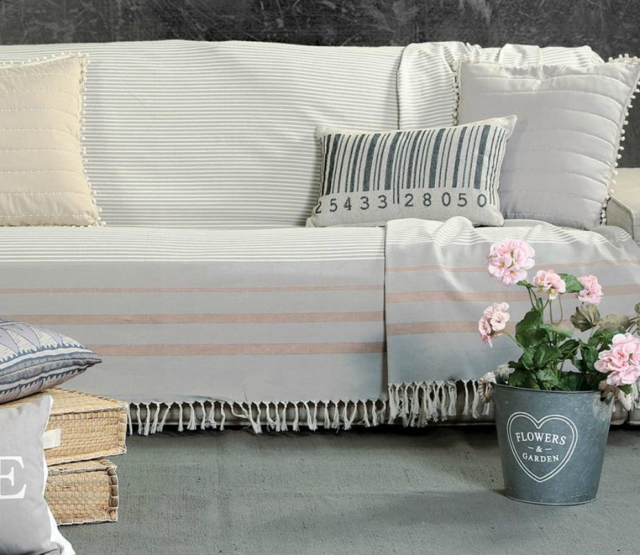 Ανανεώστε τα ριχτάρια και τα μαξιλάρια στον καναπέ σας και αμέσως το σαλόνι σας θα μεταμορφωθεί.