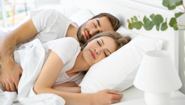 Το Έξυπνο Τρικ για να Κοιμηθείτε Άνετα Χωρίς Κλιματιστικό και Ανεμιστήρα