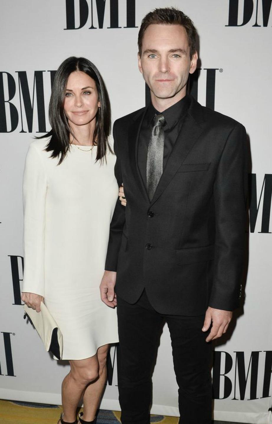 Η Courteney ποζάρει με τον αγαπημένο της. Το ζευγάρι μένει πλέον σε άλλο σπίτι στο Los Angeles.