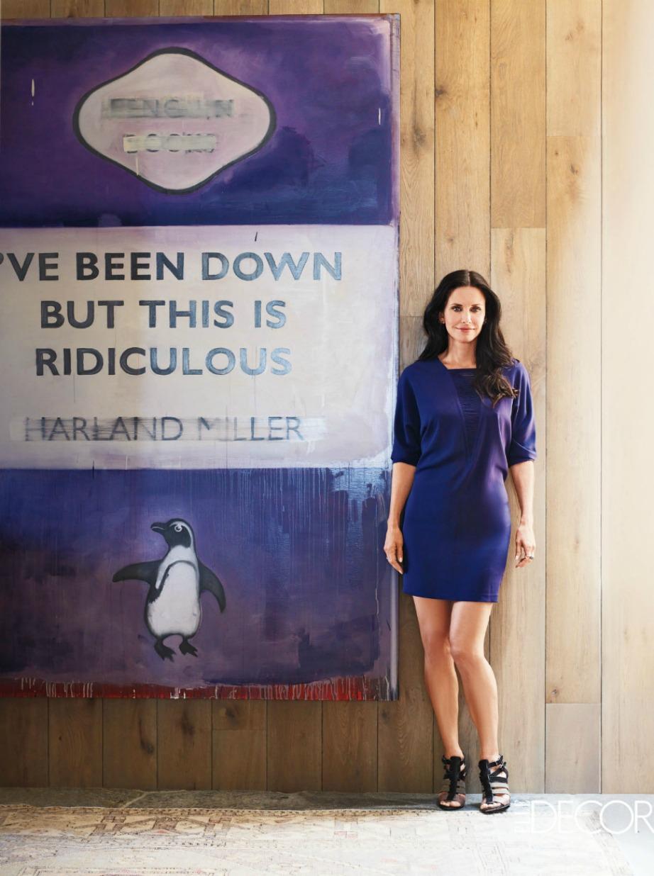 Η ηθοποιός ποζάρει δίπλα σε έναν από τους πιο εντυπωσιακούς πίνακες που έχει στην κατοχή της.