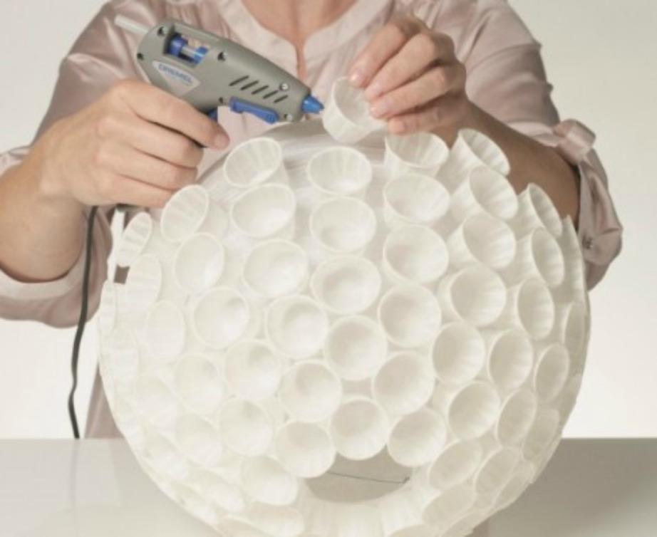 Η μπάλα μεταμορφώνεται σε εκπληκτικό διακοσμητικό αντικείμενο βάζοντας πάνω της ποτηράκια.