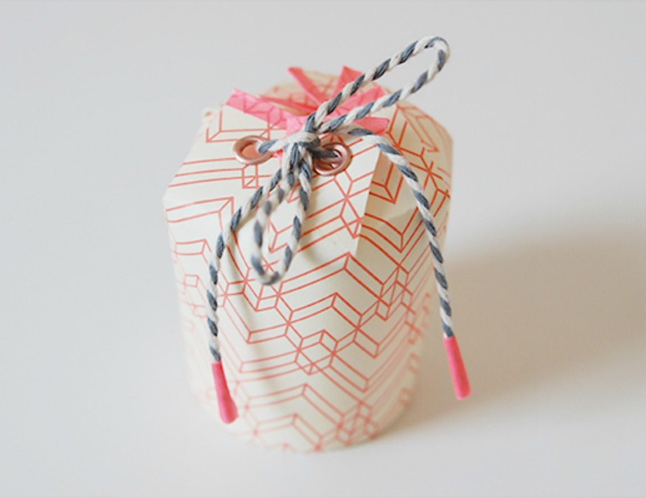 Δείτε πόσο όμορφες γίνονται οι συσκευασίες δώρου με τη χρήση χάρτινων ποτηριών.