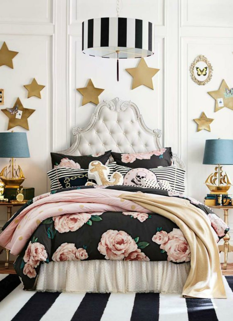 Αν δεν υπήρχαν τα χρυσά αστέρια στον τοίχο και τα θαλασσί φωτιστικά η διακόσμηση σε αυτό το δωμάτιο θα ήταν πολύ ωραία. Τα σκουρόχρωμα φλοράλ ταιριάζουν υπέροχα με ασπρόμαυρες ριγέ λεπτομέρειες.