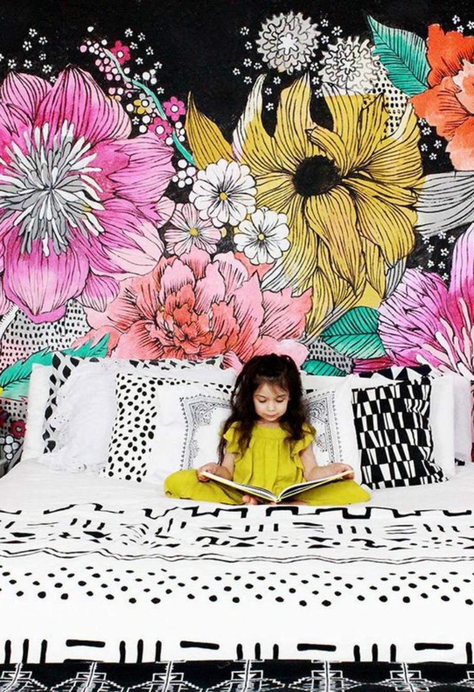 Το τρεντ των φλοράλ στην υπερβολή του. Βάλτε στο δωμάτιό σας μεγάλα σχέδια λουλουδιών σε πιο ψυχρές και σκουρόχρωμες αποχρώσεις.