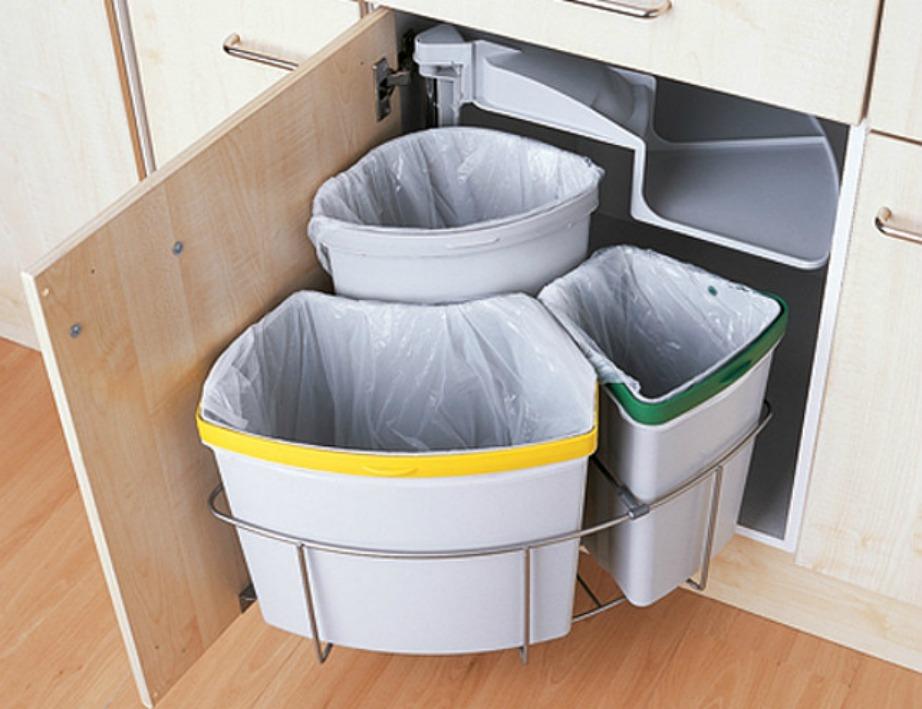 Η κουζίνα διαθέτει ντουλάπια με κάδους ανακύκλωσης.