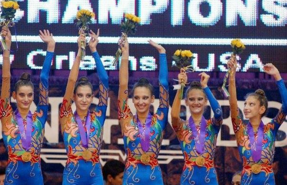 Η Κλέλια μαζί με την ομάδα του ασάνμπλ στους Ολυμπιακούς Αγώνες στο Sydney.