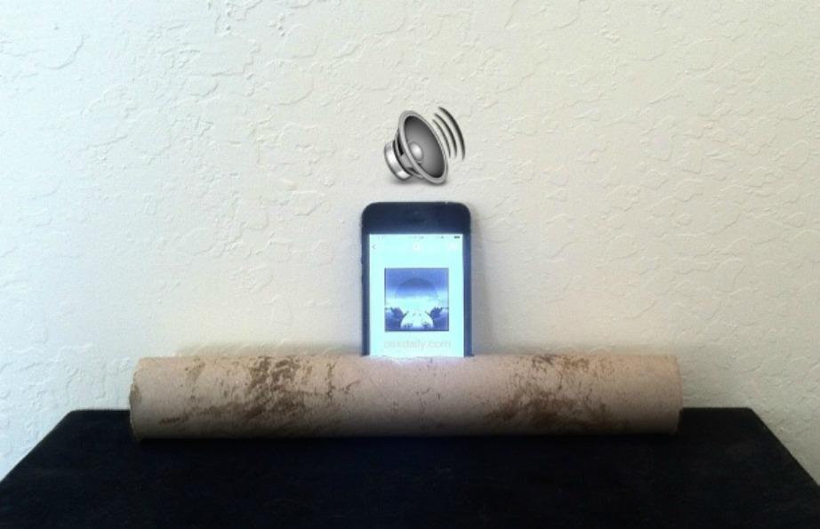 Βάλτε το κινητό σας μέσα σε ένα άδειο χάρτινο ρολό για να λειτουργήσει ως ηχείο.
