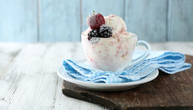 Δείτε πώς θα Φτιάξετε Παγωτό που δεν Χρειάζεται Κατάψυξη για να Παγώσει (VIDEO)