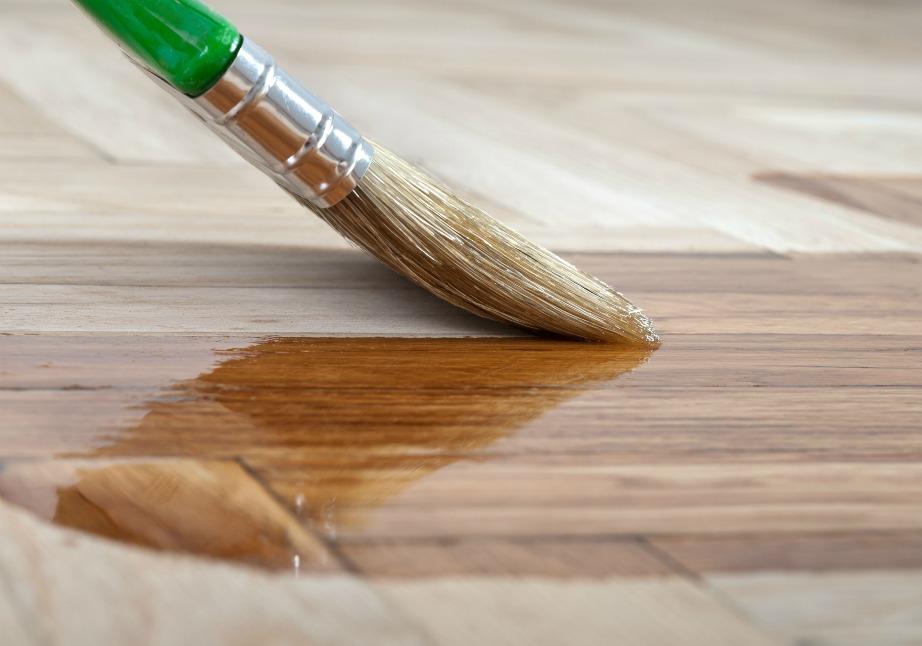 Στα ξύλινα πατώματα μην τρίβετε πολύ γιατί μπορεί να φθαρθούν. Αν φθαρθούν ελαφρώς, μπορείτε να τα ανανεώσετε με λίγο γυαλιστικό που θα βρείτε σε χρωματοπωλεία.