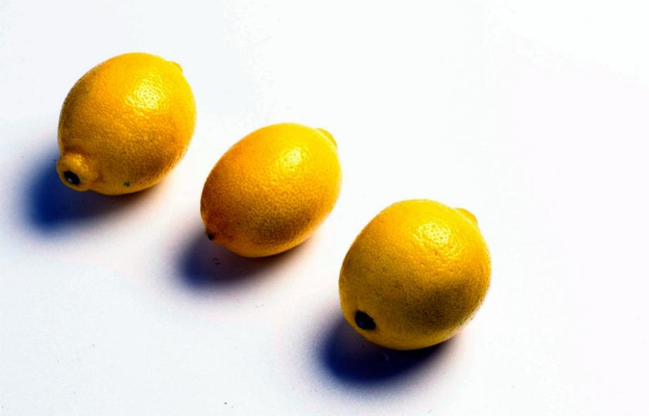 Τα λεμόνια σε συνδυασμό με αλάτι και νερό κάνουν θαύματα.