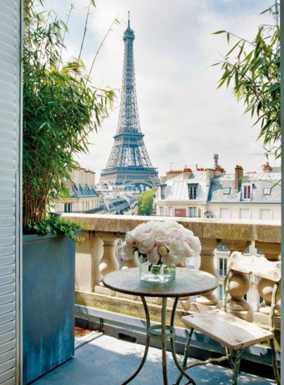 Ένα βάζο με φρέσκα λουλούδια υπάρχει σε κάθε παριζιάνικο μπαλκόνι.