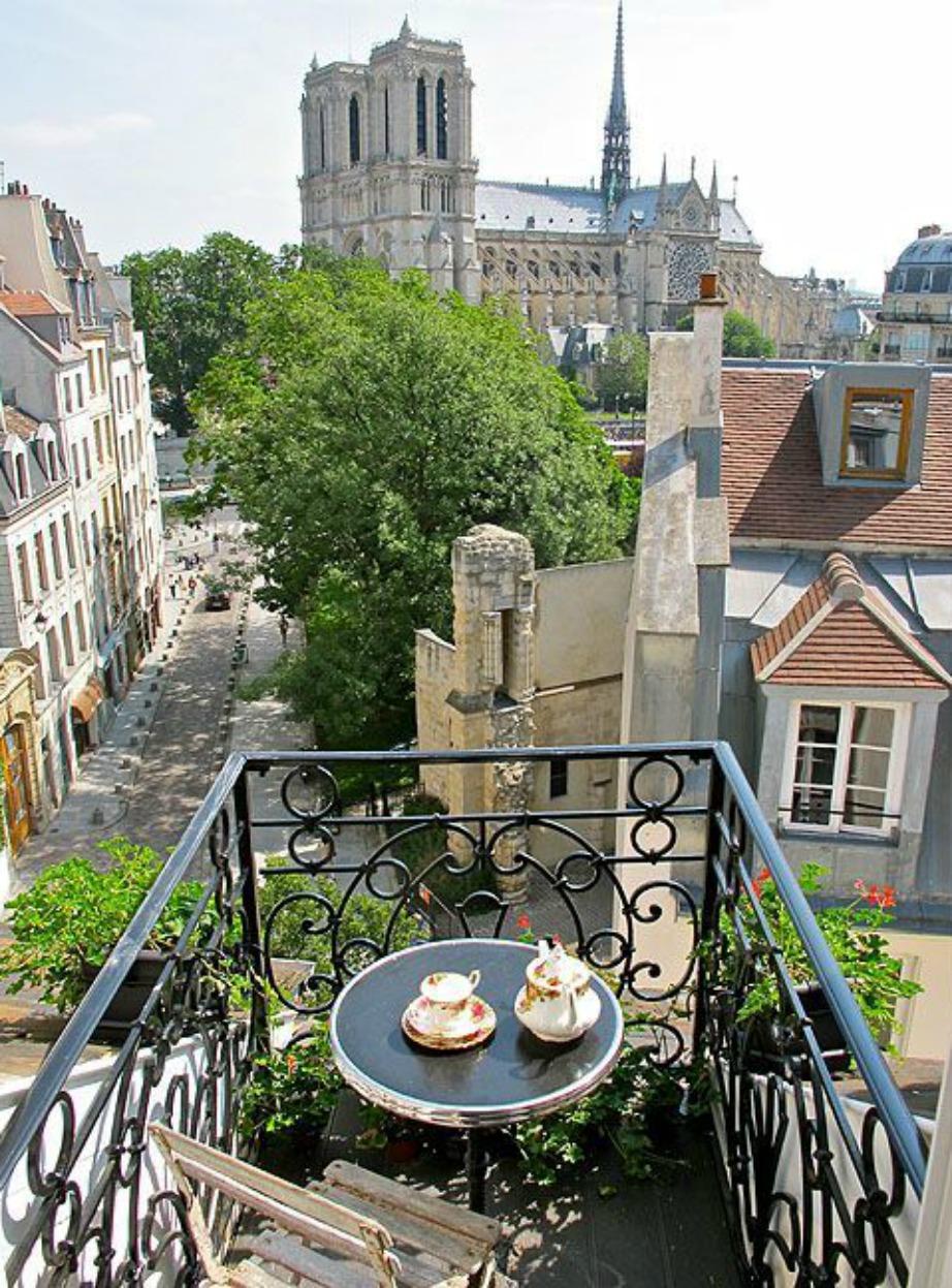 Τα μεταλλικά τραπέζια είναι must στη Γαλλία.