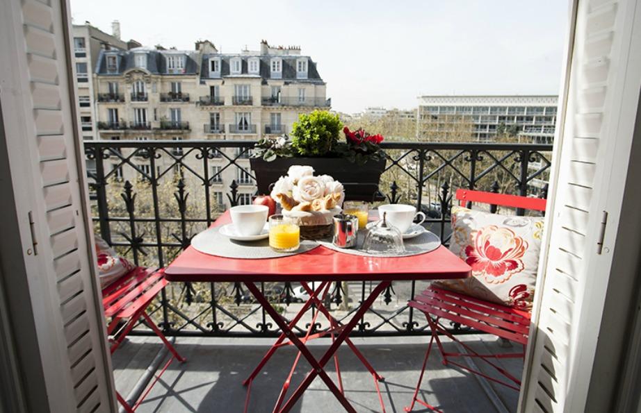 Οι Γάλλοι έχουν τα πιο μίνιμαλ και ταυτόχρονα στιλάτα μπαλκόνια.