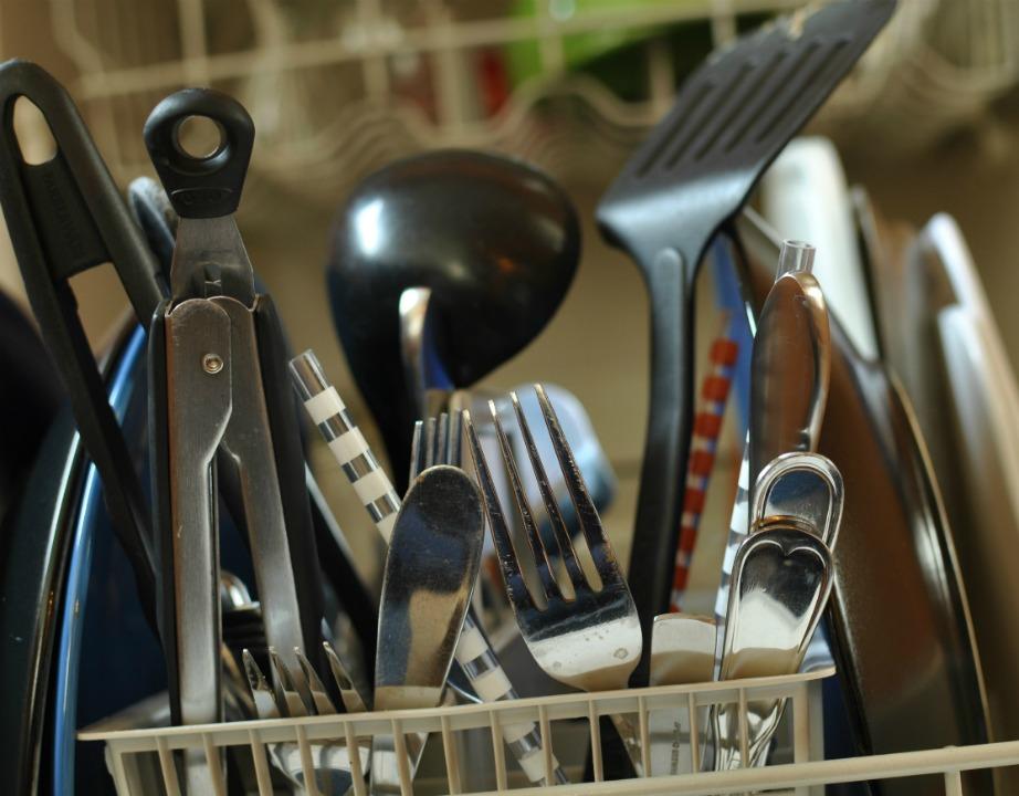 Μην ρίχνετε τυχαία τα μαχαιροπίρουνα και τα κουτάλια σας μέσα στο πλυντήριο.