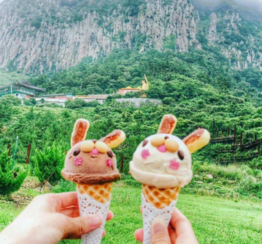 Το παγωτατζίδικο βρίσκεται ακριβώς δίπλα στην πιο γραφική ακτή της Νότιας Κορέας.