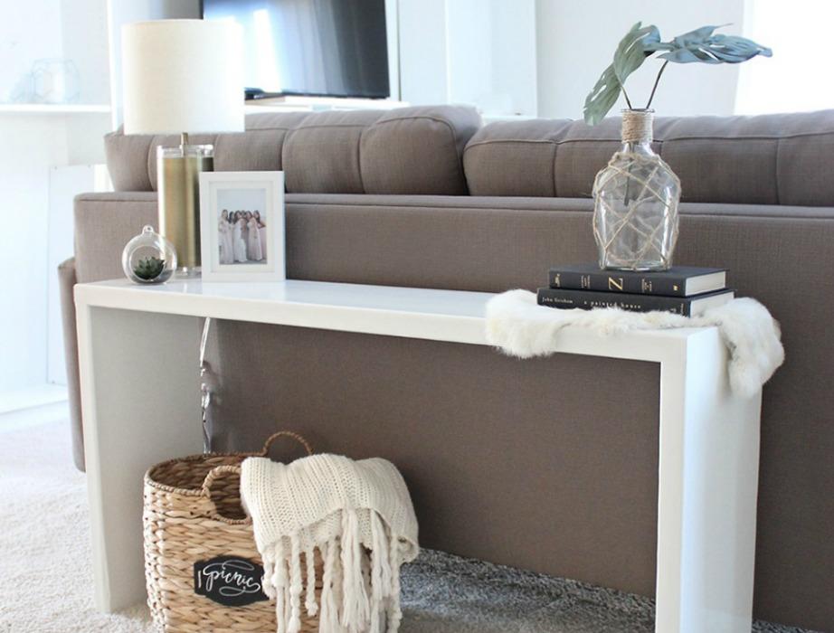 Μια πιο οικονομική λύση είναι να βάλετε ένα χαμηλό κι λεπτό τραπεζάκι που ήδη έχετε πίσω από τον καναπέ.
