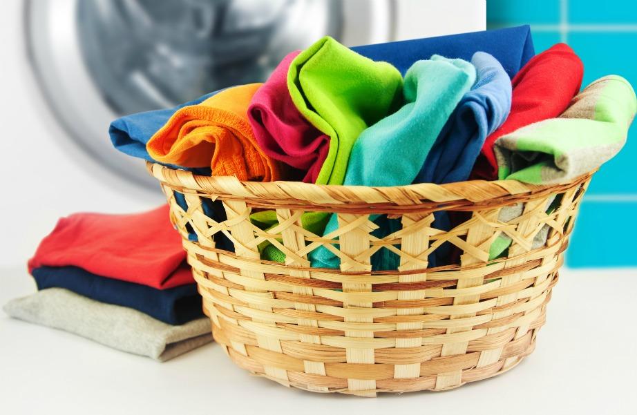 Καθαρίστε τα ρούχα από μούχλα με ένα μείγμα αμμωνίας, αλατιού και νερού.