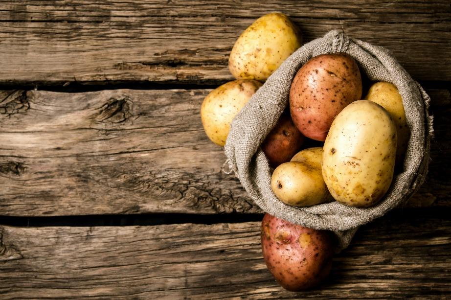 Οι πατάτες βοηθάνε στην αποφυγή του ξεφλουδίσματος.