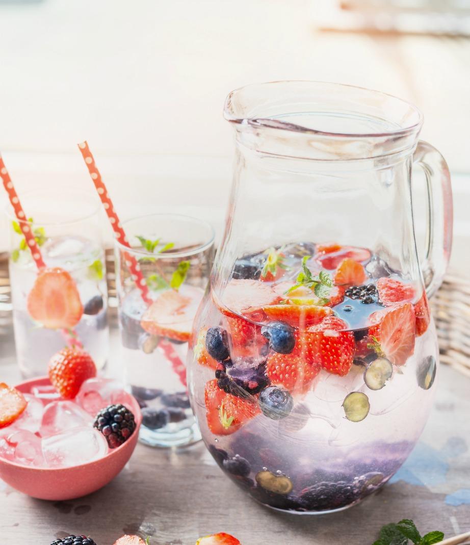 Αν δεν πίνετε πολύ νερό, φτιάξτε κάποιο μη αλκοολούχο ρόφημα με μπόλικα παγάκια και βατόμουρα ή άλλα φρούτα. Θα το πιείτε πιο εύκολα και θα βοηθήσει στην ενυδάτωση του οργανισμού σας.