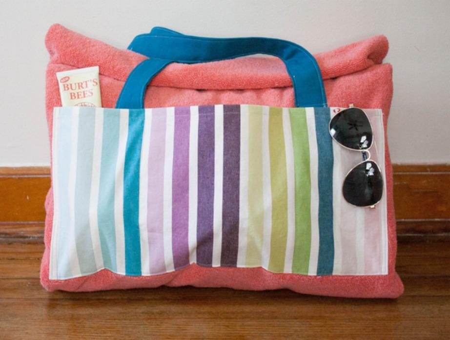 Με 2 πετσέτες μπορείτε να φτιάξετε αυτή την όμορφη τσάντα-πετσέτα παραλίας.
