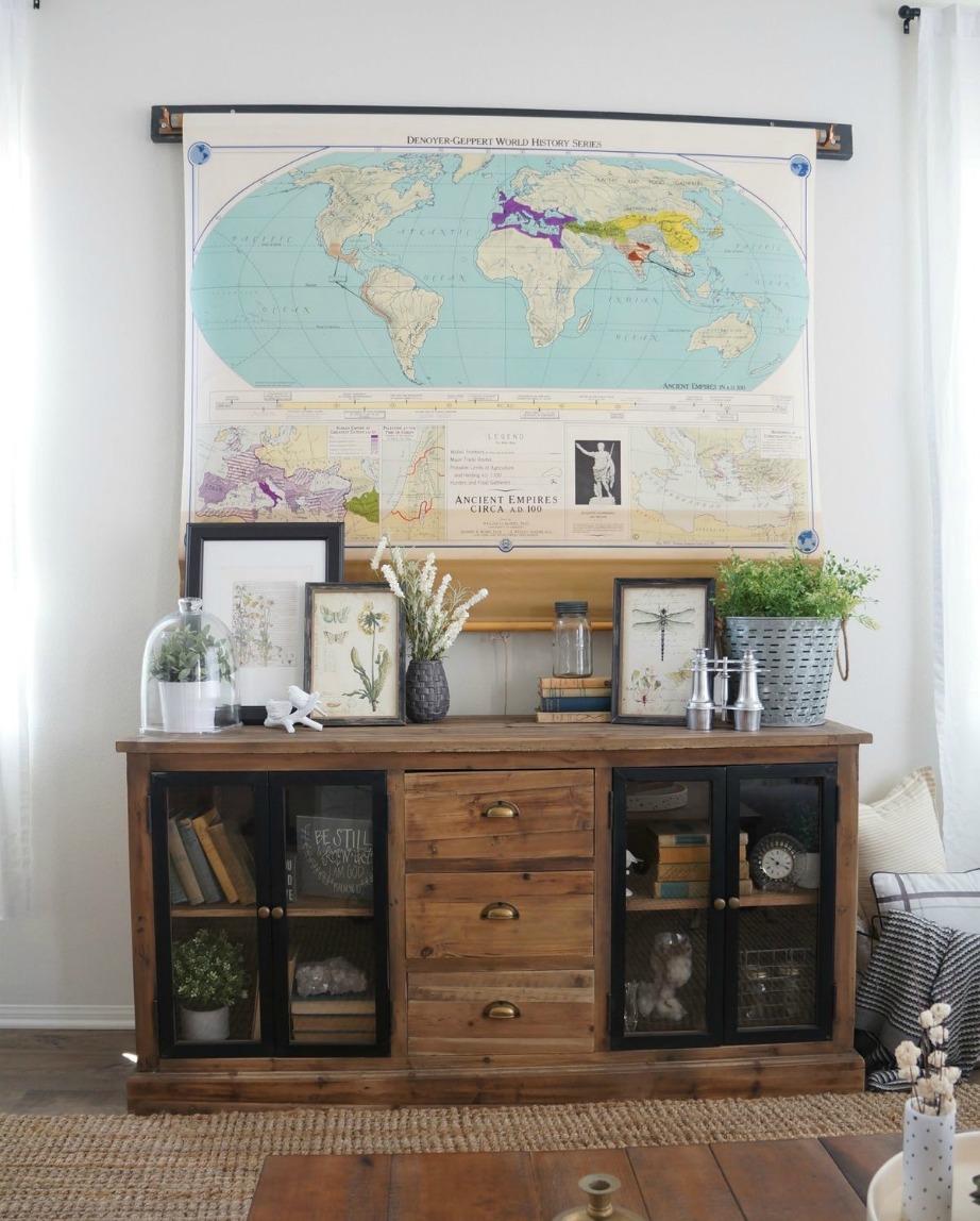 Ο vintage χάρτης δίνει στιλ στον χώρο σας και ταυτόχρονα κρύβει την τηλεόραση.