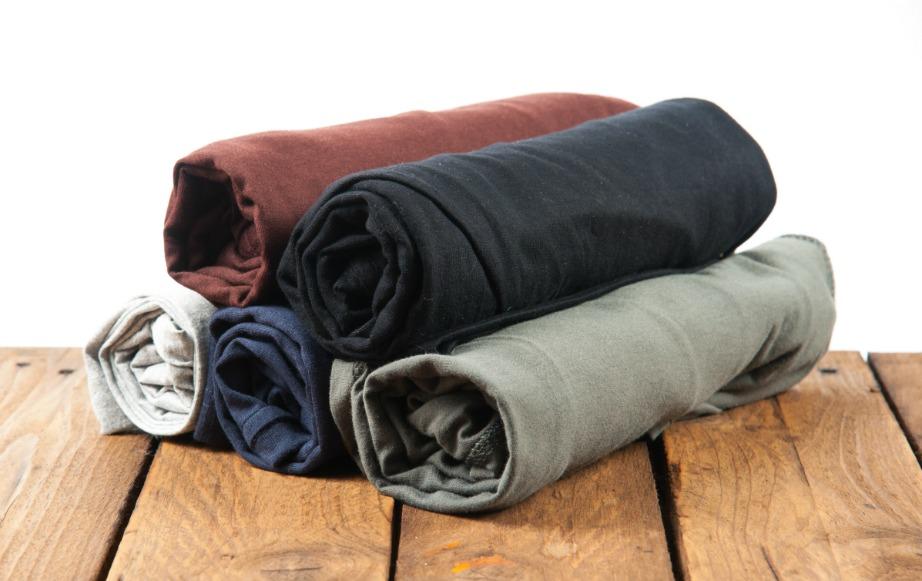 Τυλίξτε τα ρούχα σας σε ρολά.