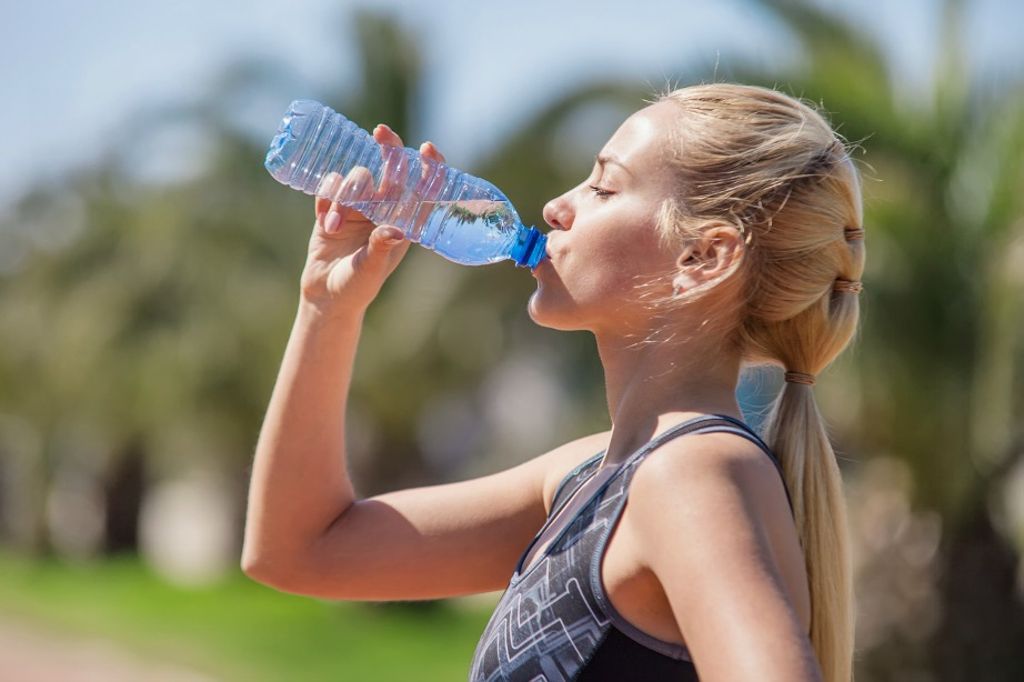 Προστατευτείτε από τον ήλιο και πίνετε μεγάλες ποσότητες νερού.