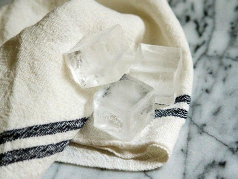 Τοποθετήστε 3 παγάκια σε μια πετσέτα και ακουμπήστε την πετσέτα πάνω σας για να δροσιστείτε.