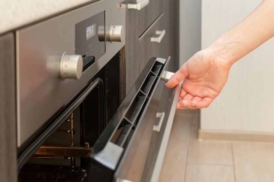 Δεν χρειάζεται να ανοιγοκλείνετε το φούρνο για να δείτε αν έγινε το φαγητό.